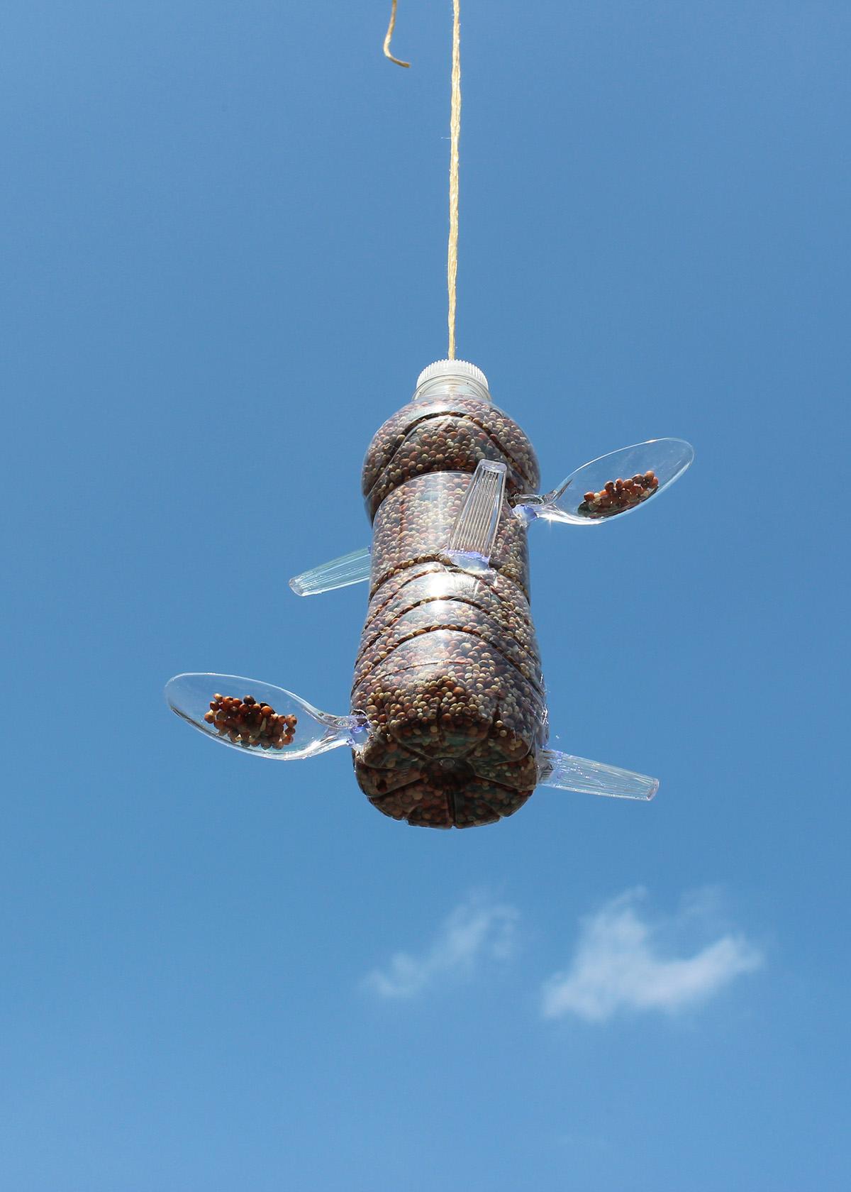 Diy recycled plastic bottle bird feeder make garbage for Plastic bird feeders